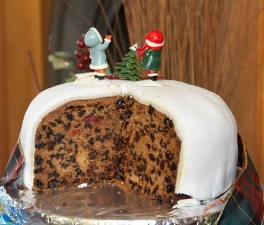 gluten-free-christmas-cake-iced