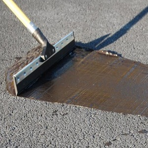 qprroadshop-sealing-asphalt-driveway-detail-squeegee-appiaction