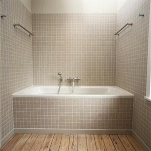 How to tile a bathtub surround - Installing tile around bathtub ...