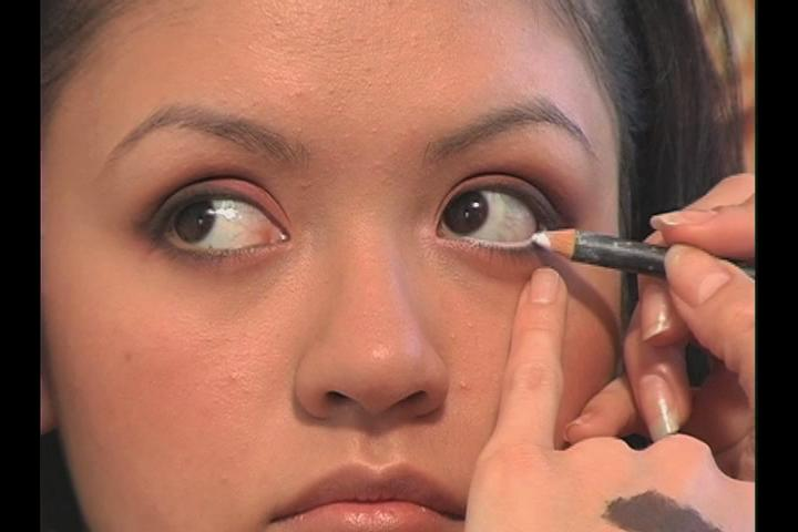 how to make eyes look smaller with eyeliner