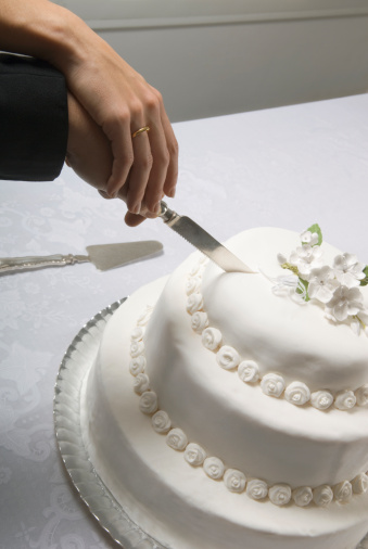 how to cut and serve tiered wedding cake learn to serve a wedding cake 15619