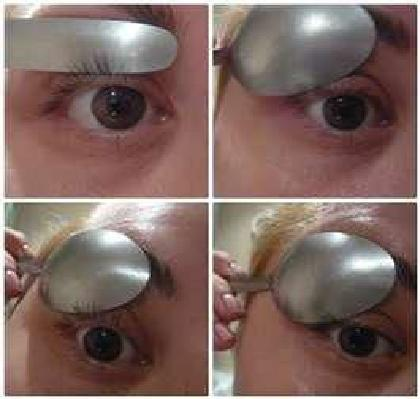 Curling eyelashes with a spoon