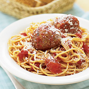 Spaghetti served with meatballs