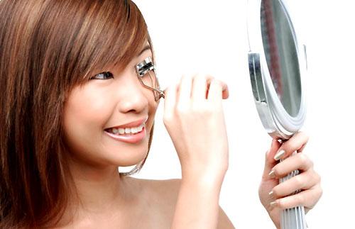 Using an Eyelash Curler