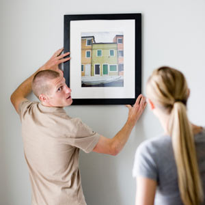 How to hang paintings in a straight line - Attache tableau sans trou ...