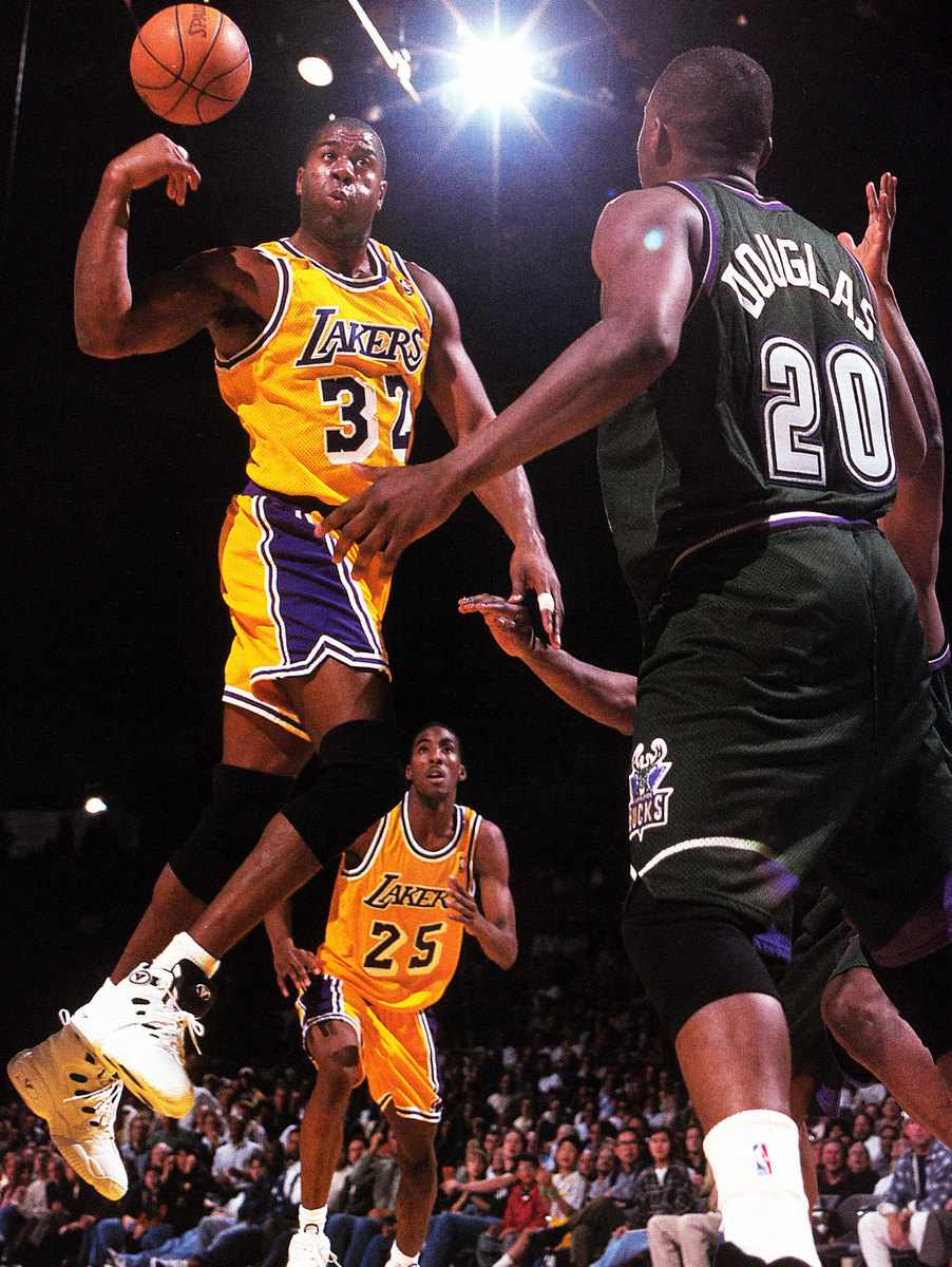 Magic Johnson making a no look pass