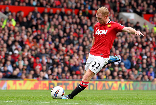 Paul Scholes making a long pass